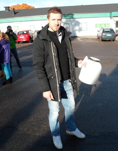 """""""Vill du ha ett asylboende i Påskallavik?"""" Röster samlas in av Rasmus Gårdebrink."""
