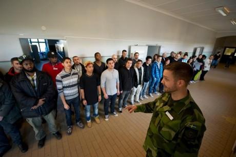 Etniska svenskar var förbjudna att få den militära utbildningen.