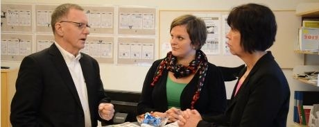 Anders Eklund i samtal med kollegorna Lilian Sjölund och Eva Cooper