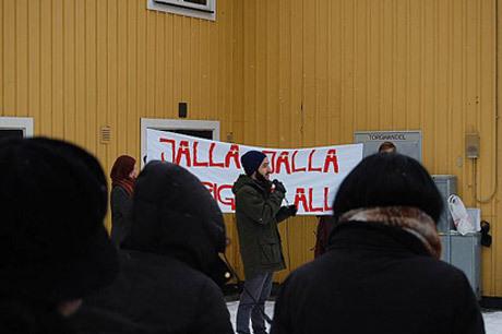 """Den """"antirasistiska"""" demonstrationen hölls under den svenskfientliga parollen """"Jalla, jalla - Sverige åt alla"""", vilket upprörde många svenskar."""