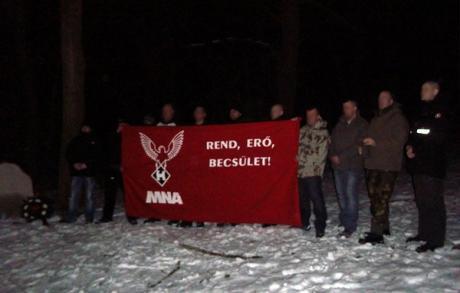 """Aktivister från MNA under fredagskvällen. På banderollen står """"ORDNING, STYRKA, ÄRA""""."""