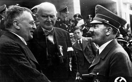 Sven Hedin hälsar på Hitler under Olympiska spelen i Berlin 1936.
