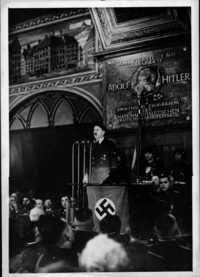 Hitler talar på 20-årsjubiléet i samma festsal.