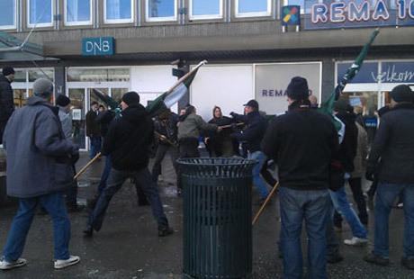 Motståndsrörelsens aktivister försvarar sig när antifascister försöker störa flygbladsutdelningen.