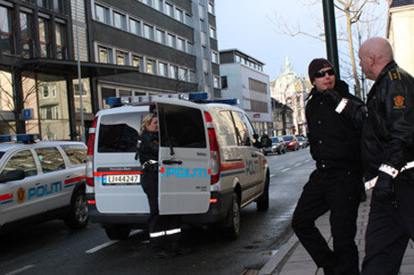 Poliser griper en aktivist.
