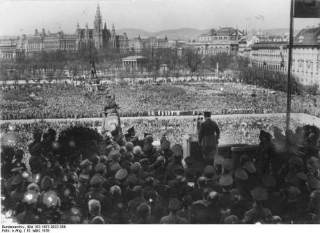 Hitler talar till 200 000 åhörare i Heldenplatz i Wien.
