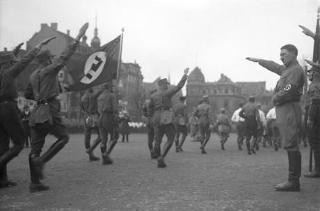 Bundesarchiv_Bild_102-13378,_Braunschweig,_Hitler_bei_Marsch_der_SA