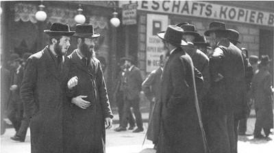 Judar i Wien 1915. En vanlig syn under tiden som Hitler levde i staden.