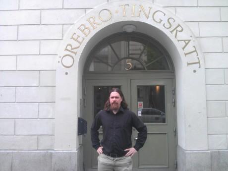 Fredrik Vejdeland på plats utanför tingsrätten.