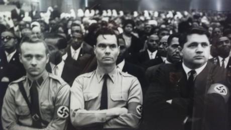 En udda samling. Den nationalsocialistiske ledaren George Lincoln Rockwell (mitten) på ett möte för Nation of Islam.