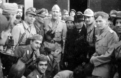 Bundesarchiv_Bild_101I-567-1503C-16,_Gran_Sasso,_Mussolini_vor_Hotel