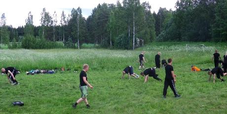 Muntra deltagare på aktivistdagen genomgår fyspass och utmanande grupplekar.