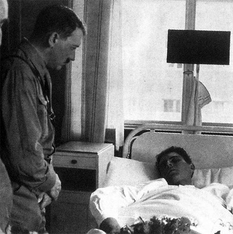 Adolf Hitler vid Heinrich Gutsches dödsbädd.
