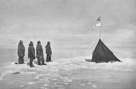 Från vänster: Roald Amundsen, Helmer Hanssen, Sverre Hassel och Oscar Wisting fäster den norska flaggan på Sydpolen i december 1911. Bilden är tagen av Olav Bjaaland.