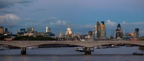 Det finansiella centret City of London är en egen stad inom Storlondon med egna speciella rättigheter, egen polis och massiv kameraövervakning. I detta Rothschild-fäste verkade även Paul Reuter.