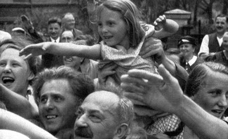 En folksamling i München jublar åt Hitler.