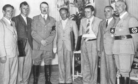 De fyra bergsklättrarna från Eiger-nordväggen mottogs av Tysklands ledare Adolf Hitler. Harrer står till vänster om Hitler.