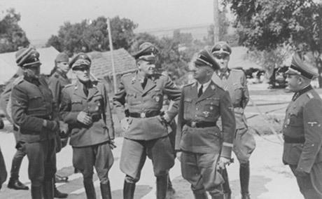 Hanns Johst (mitten) med Himmler.