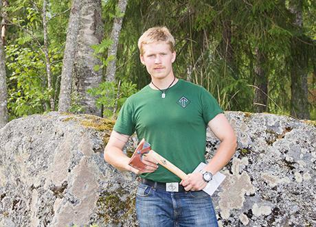 Årets nordman, Julius Blomberg, står här med priset han vann.