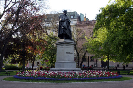 Staty över Berzelius i Berzelii park i Stockholm.