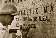 Jesse Owens namn mejslas in i graniten på Olympiastadion.