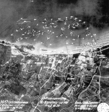 Detta spaningsfoto togs av Erich Sommer klockan 16.32 den 2 augusti på 11 000 meters höjd. Fotot visar den konstgjorda hamnen i Arromanches och mer än 300 allierade fartyg.