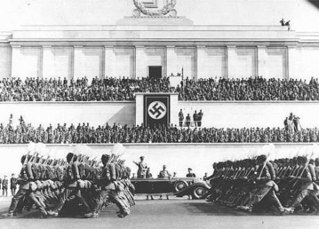 Tyska arbetare marscherar med spadar.