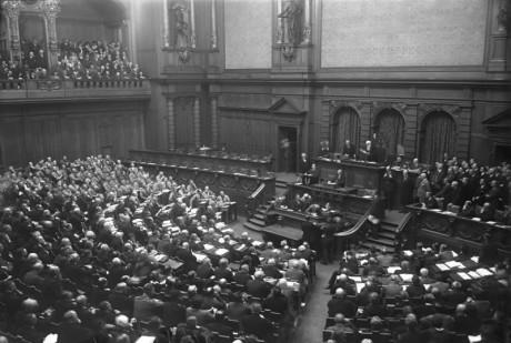 """Den 13 oktober tog de 107 folkvalda nationalsocialisterna, iklädda bruna skjortor, plats i den tyska riksdagen. Under uppropet svarade var och en: """"Närvarande! Heil Hitler!"""" NSDAPs:s representanter syns till vänster i bild."""