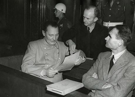 Göring, Dönitz och Hess i samtal under Nürnbergprocessen.