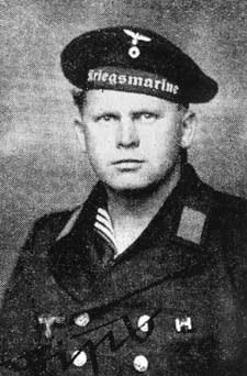 Philipp Rupprecht i marinuniform.