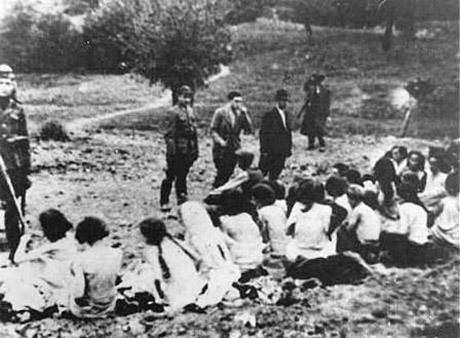 Detta foto brukar ofta användas i artiklar och historieböcker som illustration av massmordet i Babij Jar och uppges visa hur judiska kvinnor väntar på att bli avrättade. I själva verket har bilden använts även för att illustrera liknande påstådda händelser på andra platser. Bildens ursprung är okänt.
