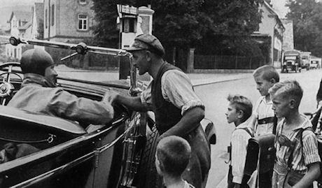 Hitler stannar till och talar med folket under valkampanjen.