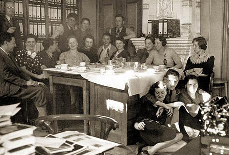 Från Hoffmanns fotostudie i München. Kvinnan närmast kameran ska vara Eva Braun.