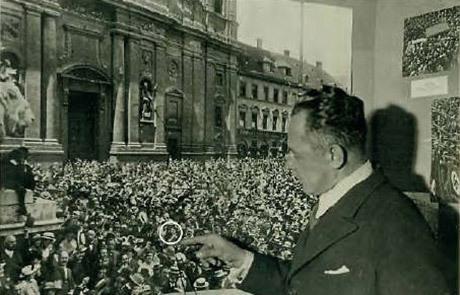 Hoffmann pekar ut Hitler.