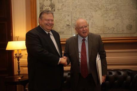 Den grekiske utrikesministern, Evangelos Venizelos, tillsamans med den israeliske ambassadören Aryeh Mekel.
