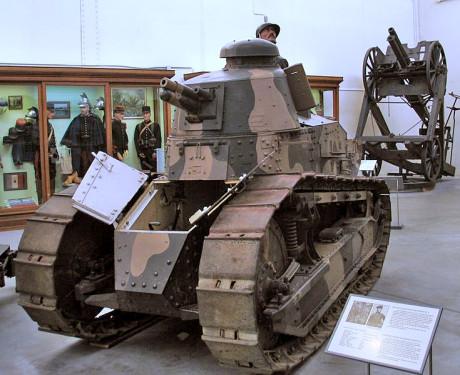Under första världskriget byggdes den revolutionerande stridsvagnen Renault FT-17 i Renaults fabriker. Över 300 FT-17-stridsvagnar tillverkades och Louis Renault dekorerades med Storkors av Hederslegionen för sina insatser under kriget.