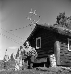 Geirr Tveitt i sin stuga i Nordheimsund, Hardanger.