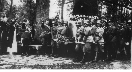 Carin Göring anländer till Carinhall och hälsas av Hermann Göring och Adolf Hitler.