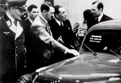 Från vänster: Hermann Göring, Adolf Hitler, Louis Renault.
