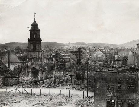 Ruinerna av Gamla Saarbrücken med det utbrända tornet av Friedenskirche (Fredskyrkan).