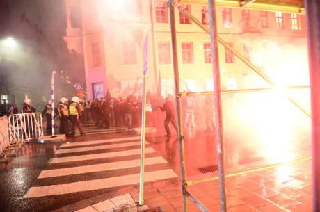 Stöddemonstrationen för Gyllene gryning blev attackerad av vänsterextremister