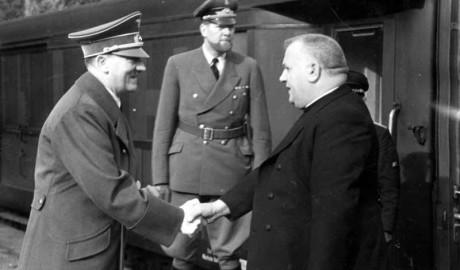 """Nationella slovaker ropar ofta slagorden """"Länge leve ledaren"""" och """"Ära till Tiso"""". På bilden syns Tiso skaka hand med Adolf Hitler."""