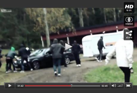 I filmsekvensen skildras attacken mot spelningen i Kolsva förra året.