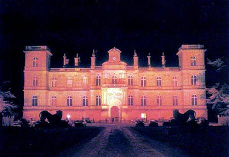 """Château de Ferrières tändes i rött för att få det att verka som om det brann. Scener från den judiska regissören och pedofilen Roman Polańskis film om Satan, """"The Ninth Gate"""", filmades där. I filmen """"Eyes Wide Shut"""" är den ockulta ritualen inspelad i en annan av Rothschilds herrgårdar, Mentmore Towers i Storbritannien."""