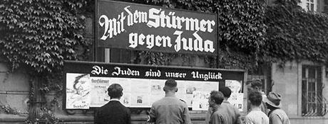 Invånare i Worms, Tyskland, läser Der Stürmer år 1933.