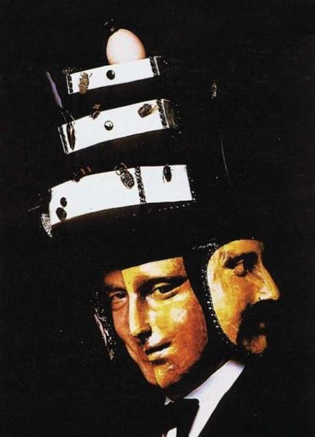 Deltagarna i balen bar även olika typer av surrealistiska masker. Här syns en gäst bärandes en mask med flera ansikten och fastklistrade insekter.