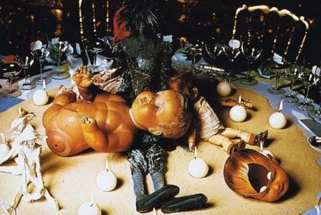 Den judiska familjen hade inför balen dekorerat ett av matborden med en mörk figur omgiven av verklighetstrogna dockor föreställandes vita spädbarn med spräckta skallar och saknade lemmar.