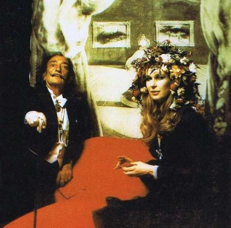 Salvador Dali poserar framför sitt porträtt av Mae West.