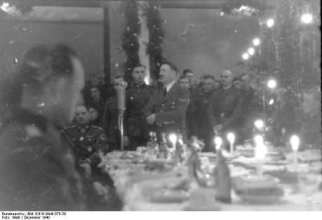 Bundesarchiv_Bild_101III-Weill-076-28_Angehörige_der_Waffen-SS_bei_Weihnachtsfeier