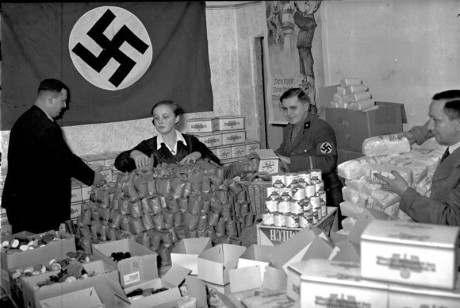Bundesarchiv_Bild_102-17313,_Berlin,_Weihnachtspakete_für_das_Winterhilfswerk